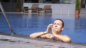 Vrouw die uit uit water in zwembad komen stock video