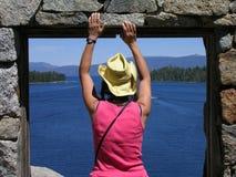 Vrouw die uit venster Theehuis bekijken op Fannette Island royalty-vrije stock afbeeldingen