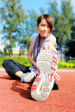 Vrouw die uitrekkende oefening doen Stock Fotografie
