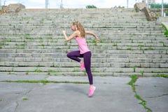 Vrouw die uitrekkende oefening in park doen stock fotografie
