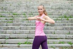 Vrouw die uitrekkende oefening in park doen royalty-vrije stock fotografie