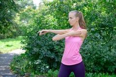 Vrouw die uitrekkende oefening in park doen royalty-vrije stock afbeeldingen