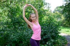 Vrouw die uitrekkende oefening in park doen stock foto