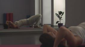 Vrouw die uitrekkende oefeningen voor flexibiliteit doet stock video
