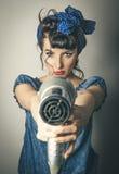 Vrouw die in uitstekende kleren hairdryer richten Stock Afbeelding