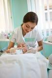 Vrouw die ultrasone klankhuid het schoonmaken krijgt bij schoonheidssalon royalty-vrije stock fotografie