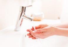 Vrouw die uw handen wassen Royalty-vrije Stock Foto