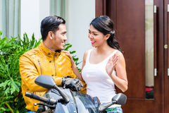 Vrouw die vaarwel aan motorrijder zeggen Royalty-vrije Stock Afbeeldingen