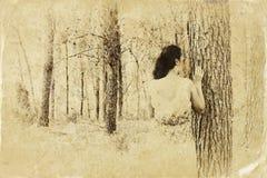 Vrouw die van aard genieten De tribune van het schoonheidsmeisje in openlucht retro gefiltreerd beeld Oude stijlfoto stock afbeeldingen