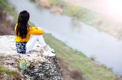 Vrouw die van aard genieten Reis en zwerflustconcepten Mooie Jonge Vrouw die in openlucht ontspannen nave Gelukkig reizigersmeisj stock afbeelding