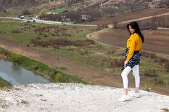 Vrouw die van aard genieten Reis en zwerflustconcepten Mooie Jonge Vrouw die in openlucht ontspannen nave Gelukkig reizigersmeisj stock fotografie