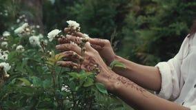 Vrouw die van aard in tuin genieten stock video