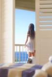 Vrouw die van balkon kijkt royalty-vrije stock afbeelding