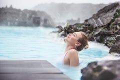 Vrouw die van blauwe lagune genieten stock afbeeldingen