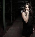 Vrouw die van dark wordt doen schrikken Royalty-vrije Stock Afbeeldingen