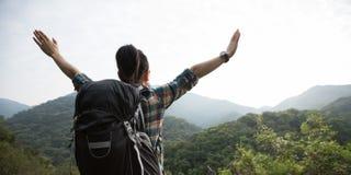 vrouw die van de mening over de vallei van de ochtendberg geniet Stock Afbeelding