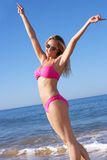 Vrouw die van de Vakantie van het Strand geniet Royalty-vrije Stock Foto
