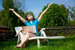 Vrouw die van de zon geniet Royalty-vrije Stock Afbeeldingen