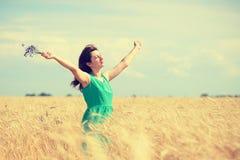 Vrouw die van de zon genieten Stock Foto's