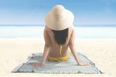 Vrouw die van een de zomervakantie op de kust genieten Royalty-vrije Stock Foto