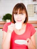 Vrouw die van een kop van koffie geniet Royalty-vrije Stock Afbeeldingen
