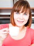 Vrouw die van een kop van koffie geniet Royalty-vrije Stock Fotografie