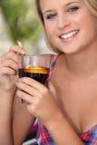 Vrouw die van een verfrissende drank geniet Royalty-vrije Stock Foto's