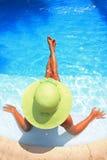 Vrouw die van een zwembad geniet royalty-vrije stock afbeelding