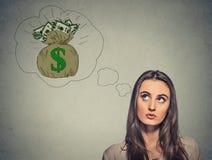 Vrouw die van financieel succesgeld dromen Stock Afbeeldingen