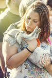 Vrouw die van haar konijn houden Het omhelzen in haar wapens Stock Afbeelding
