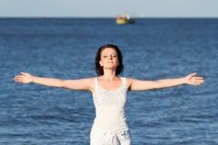 Vrouw die van het overzees geniet Royalty-vrije Stock Fotografie
