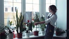 Vrouw die van het schoonmaken wordt vermoeid stock footage