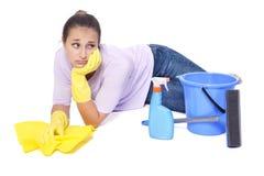 Vrouw die van het schoonmaken wordt vermoeid stock foto