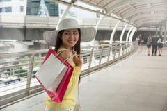 Vrouw die van het weekend in het winkelen genieten royalty-vrije stock afbeelding