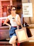 Vrouw die van koffie geniet om op een zonnige dag te gaan Royalty-vrije Stock Afbeeldingen