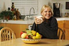 Vrouw die van Kop van Koffie geniet stock foto