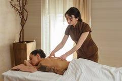 Vrouw die van massage geniet royalty-vrije stock foto