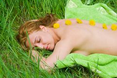 Vrouw die van massage geniet Stock Fotografie