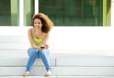 Vrouw die van muziek met oortelefoons genieten Stock Afbeelding