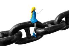Vrouw die van plasticinezitting wordt gemaakt op ketting Stock Afbeelding