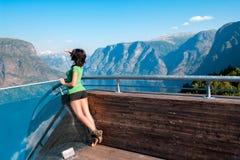 Vrouw die van scenics vanuit Stegastein-Gezichtspunt genieten Stock Afbeeldingen