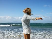 Vrouw die van vrijheid geniet Stock Fotografie