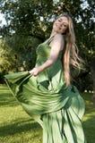 Vrouw die van zomer geniet en op het gebied danst Royalty-vrije Stock Foto