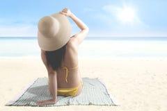 Vrouw die van zomer op de kust genieten Stock Afbeelding