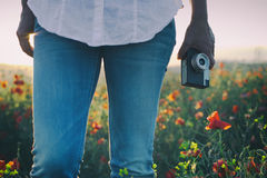 Vrouw die van zomer op papavergebied genieten royalty-vrije stock fotografie