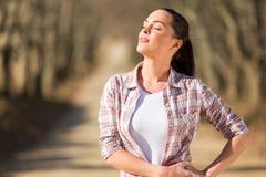 Vrouw die van zonneschijn genieten Stock Foto's