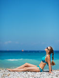Vrouw die van zonneschijn op strand geniet Royalty-vrije Stock Afbeelding
