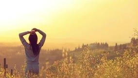 Vrouw die van Zonsondergang en Aard genieten Het concept van de vrijheid stock videobeelden