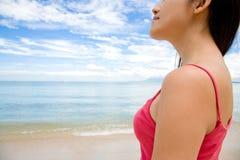 Vrouw die veel vooruit door het strand kijkt royalty-vrije stock afbeelding