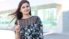 Vrouw die verbodsgebaar tonen openlucht stock footage